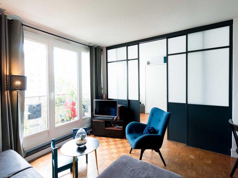 Cloison verrière avec double porte coulissante et verre opaque