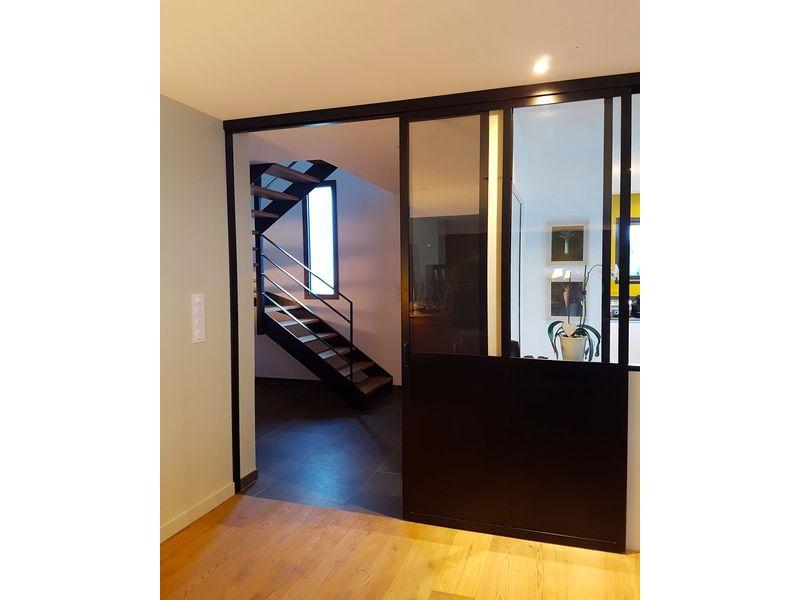 verrière avec porte coulissante pour accéder à la cuisine