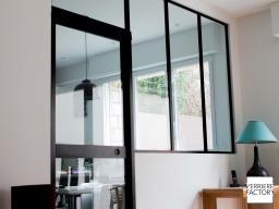 Projet Lionnet : porte vitrée acier à galandage