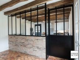 Maison Chevalier : cloison verrière sur muret brique